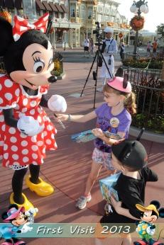 Kids meeting Minnie