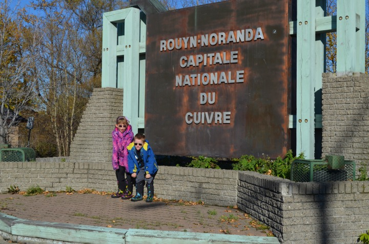 Kids in front of sign in Rouyn-Noranda